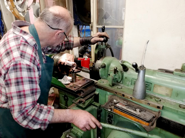 Unser Senior an der umgebauten G&E Metallhobelmaschine beim Stoßen und Räumen von Keilnuten.